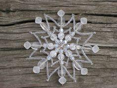Ledová vločka z kolekce Ruská zima Hvězdička připomínající svým třpytem ledovou vločku, je vyrobena z čirého rokajlu a matně bíých broušených korálků, práskaných korálků a čirých placiček. Velikost: průměr 10 cm. Stejných hvězdiček je na přání možné, vyrobit více kusů v různých barvách i rozměrech. Malé drobné odchylky u perliček i provedeníjsou ...