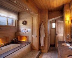 Installez une baignoire dans la salle de bain de votre chalet en bois pour vous offrir des moments de relaxation et détente