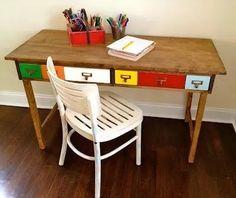 escritorio vintage de madera con cajones