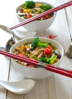 A light and healthy noodle soup with broccoli and shiitake mushrooms (in Romanian) Asian Recipes, Healthy Recipes, Ethnic Recipes, Vegetarian Recipes, Healthy Foods, Yummy Recipes, Shiitake Mushroom Soup, Vegan Noodle Soup, Traditional Chinese Food