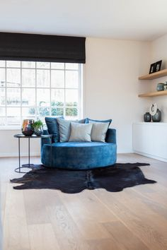 Tijdloze restyling woonkamer - Hoog ■ Exclusieve woon- en tuin inspiratie. Fire Pit Table And Chairs, Lounge Chairs, Round Sofa, Comfy Sofa, Contemporary Dining Chairs, Bed Furniture, Beautiful Bedrooms, Living Room Sofa, Bedroom Decor