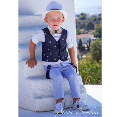 Βαπτιστικό Κοστούμι B10 της Stova Bambini Ένα κοστούμι βάπτισης 6 τεμαχίων που το χαρακτηρίζει το print φοίνικας στο γιλέκο και τα χρώματα που έχουν συνδυαστεί. Περιλαμβάνει γιλέκο navy με print φοίνικα και βαμβακερό παντελόνι σε απόχρωση baby blue. Το πουκάμισο είναι λευκό μακρυμάνικο με φασάκι κούμπωμα στο μανίκι, 100% βαμβακερό. Διατίθεται με καπέλο, ξύλινο χειροποίητο παπιγιόν ύφασμα & τιράντες.   Από τη συλλογή της βαπτιστικά ρούχα της Stova Bambini Spring Summer, Kids Fashion, Hipster, Style, Decor, Small Boy, Swag, Hipsters, Decoration