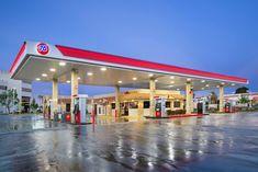 Encuentra las mejores ideas e inspiración para el hogar. 76 Gas Station Bella Market Victorville por Erika Winters Design | homify