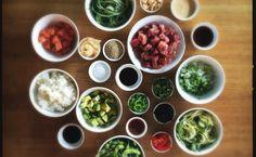 Food Trend Poke. Eines meiner derzeitigen Lieblings-Rezepte! Super easy, super schnell. Einfach alles auf den Tisch stellen und ein paar Freunde einladen, so dass sich jeder nach Lust und Laune seine eigene Poke Bowl mixen kann. E'ai kaua!