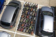 Essa foto foi tirada durante um teste que queria descobrir quantas bicicletas dobráveis cabem em uma vaga comum de automóvel. Resultado: 42 bikes.    Será que ia resolver o problema de estacionamentos? Em? Em?