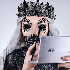 Looking for for ideas for your Halloween make-up? Browse around this website for cute Halloween makeup looks. Cute Halloween Makeup, Halloween Makeup Looks, Disney Halloween, Costume Halloween, Halloween 2019, Halloween Makeup Tutorials, Easy Halloween, Helloween Make Up, Halloween Disfraces