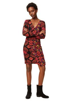 Desigual women's long-sleeved printed dress with draping at the hips and V-neck. Discover more about Desigual dresses on our website!