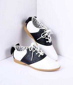 Black & White Classic Lace Up Bow Saddle Shoes – Unique Vintage 1950s Fashion Shoes, 1950s Shoes, Vintage Fashion, Gq Fashion, White Fashion, Fashion Styles, Saddle Shoes Outfit, Oxford Shoes Outfit, Saddle Oxford Shoes