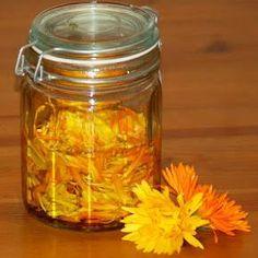 Cómo hacer aceite de caléndula. La caléndula es una planta originaria del sur de Europa cuyas propiedades medicinales nos ofrecen un sinfín de beneficios para nuestro cuerpo. Su uso se ha extendido, sobre todo, para tratar problemas...