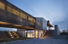 Rustic ranch house where 2 volumes + 1 bridge = a cool design! | Modern House Designs