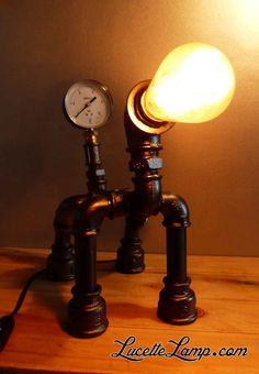 Donnez un charme unique à votre maison en adoptant l'une de nos lampes chien entièrement réalisées par l'assemblage de pièces industrielles en métal. Cette lampe à poser de style industrielle et steampunk est idéale pour une ambiance, usine, atelier ou loft. Après assemblage, les lampes sont peintes en noir ou cuivre (d'autres choix de couleur à venir). industrial pipe lamp, plomberie, dogpipe, Lampe métal Loft, lampe vintage, pipe lamp, steampunk, lampe en tuyau de fonte,  ampoule Edison, Lampe Steampunk, Lampe Metal, Pipe Lamp, Assemblage, Cheap Furniture, Industrial Design, Table Lamp, Robot, Rustic