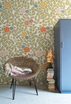 This vintage Scandinavian Wallpaper is absolutely perfect for a kid's room decor. Love the floral pattern of this wallpaper (from Inke) Kids Wallpaper, Trendy Wallpaper, Leaves Wallpaper, Bedroom Wallpaper, Beautiful Wallpaper, Stoff Design, Wall Decor, Room Decor, Cool Walls