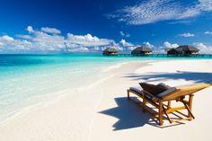Traumstrände, einsame Buchten und Palmen!  Ich gebe es zu: Ich liebe sie. Die Bilderbuchstrände. Kokospalmen, weicher Sand unter meinen Füßen, Meeresrauschen und endlose Weiten – für mich Entspannung pur. Egal ob die Malediven, Karibik oder Miami – jeder kann sein Traumstrand am Meer finden.