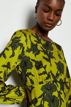 Catch eyes this season in this printed dress. Emblazoned with statement florals, it comes complete with a high round neck, keyhole button back, on-trend balloon sleeves and maxi length. Celebrity Fashion Outfits, Teen Girl Fashion, Celebrity Style, Celebrities Fashion, Spring Couture, Couture Week, Professional Wardrobe, Solange Knowles, Karen Millen