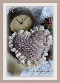 Een brocante Valentijnshartje gehaakt voor wie je lief of dierbaar is,  maar ook schitterend als deco item in een brocante interieur.      ...