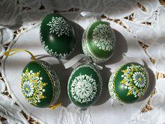 Egg Art, Egg Decorating, Easter Recipes, Line Design, Gourds, Painted Rocks, Easter Eggs, Christmas Bulbs, Eggs