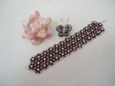Ce bracelet, améthyste et beige, en perles de rocailles Tchèque et perles rondes en verre de Bohème, a été tissé à la main.   Coloris: améthyste