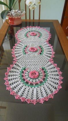 Caminho de mesa em crochê feito com linha.    Pode ser feito em outras cores e tamanhos, de acordo com sua necessidade. R$ 130,00