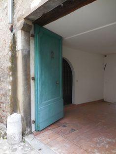 Das Tor in eine andere Welt! Ist ganz in der Nähe aber vielleicht auch hier! Nur nicht vorbei gehen! Garage Doors, Outdoor Decor, Home Decor, World, Homes, Decoration Home, Room Decor, Carriage Doors, Interior Decorating