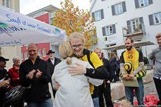 Die Teilnehmer des Firmen-Bobby-Car-Rennens im Rahmen der 13. Autoschau am 27. Oktober 2013 in Tettnang
