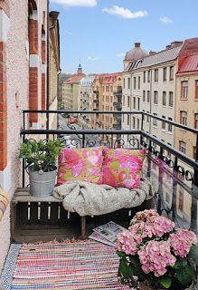 Idee fai da te per arredare balconi e terrazzi - 19 idee low cost | donneinpink magazine House With Balcony, Tiny Balcony, Balcony Garden, Modern Balcony, Hammock Balcony, Outdoor Balcony, Balcony Ideas, Balcony Bench, Patio Ideas