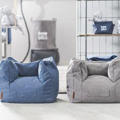 De Stonewashed fauteuil van Jollein is de perfecte kinderstoel! Door de heerlijk zachte en comfortabele vulling wordt deze stoel in no-time het favoriete plekje van jouw kleintje! Met handige handgreep om het stoeltje makkelijk te verplaatsen.