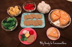 Thanksgiving meal for your AG doll. American Girl Food, American Girl Crafts, Ag Doll Crafts, Diy Doll, Poupées Our Generation, American Girl Furniture, Girl Dolls, Ag Dolls, Doll Food