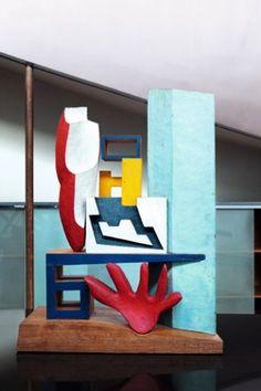 Le Corbusier introduit également la couleur dans ses sculptures. Il en dessinait le projet et confiait la réalisation à l'ébéniste breton Joseph Savina. Cathédrale, bois polychrome, 1943.