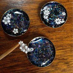 Resin tip.Use nail decals in resin. Diy Resin Crafts, Diy Crafts Hacks, Jewelry Crafts, Resin Jewlery, Making Resin Jewellery, Ice Resin, Resin Art, Resin Tutorial, Resin Casting
