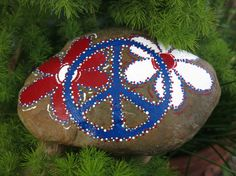 Painted Patriotic Peace Sign Rock by MyPaintedSwan on Etsy Peace Painting, Love Painting, Painting For Kids, Fabric Painting, Rock Painting Ideas Easy, Rock Painting Designs, Rock Crafts, Arts And Crafts, Painted Rocks Kids