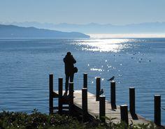 Novembersonne am Starnberger See. Ein Fotograf nutzt das gute Wetter an einem Spätherbsttag.
