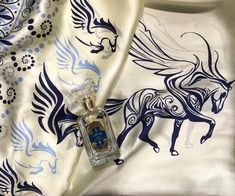 #houbigantparis #houbigant #paris #irisdeschamps #iris #perfume #niche #nicheperfume #silkscarf #ancientgreek #greek #pegasus #design #art #scarf #rosinaperfumery 🇬🇷 📍#giannitsopoulou6 #glyfada #athens #greece #shoppingonline : www.rosinaperfumery.com