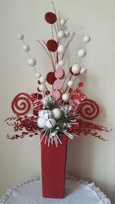 me ~ Christmas arrangement Christmas Vases, Christmas Flower Arrangements, Candy Christmas Decorations, Christmas Tree Design, Noel Christmas, Christmas Centerpieces, Christmas Wreaths, Diy Xmas Gifts, Christmas Crafts