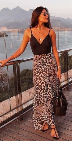 Body preto, saia longa com estampa de oncinha, animal print, rasteirinha preta Leopard Maxi Skirts, Maxi Skirt Outfits, Maxi Skirt Outfit Summer, Long Skirt Outfits For Summer, Summer Outfit, Mode Outfits, Trendy Outfits, Fashion Outfits, Womens Fashion
