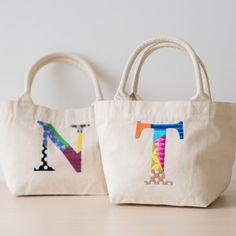 オールハンド刺繍が思わず目を引くカラフルなアルファベットのイニシャルトート【Accommode】イニシャルステッチトートはcuna select(クーナ・セレクト)の商品詳細ページです。
