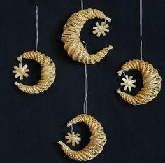 Slaměná ozdoba - měsíček Straw Projects, Straw Crafts, Jute Crafts, Weaving Projects, Straw Weaving, Paper Weaving, Basket Weaving, Newspaper Basket, Newspaper Crafts