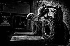 Los ejercicios de crossfit, están ganando bastante importancia en los últimos tiempos, a consecuencia del éxito de esta ya no tan novedosa práctica deportiva. El Crossfit, al ser una práctica deportiva que se encarga de combinar diferentes movimientos de escuelas tan dispares como la halterofilia o la gimnasia deportiva, tiene ejercicios muy dispares que procedemos […]