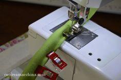 Un tutorial di cucito facile per confezionare da soli i manici in stoffa per borse fatte a mano. DIY manici borse handmade, da cucire a macchina o a mano. Sewing Hacks, Sewing Tutorials, Diy Handmade Bags, Sewing Techniques, Diy Projects To Try, E Design, Tricks, Hand Sewing, Free Pattern