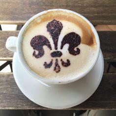 """Les origines du café sont floues mais certains experts pensent qu'il existait déjà à l'époque d'Homère! En tout cas, le café fut officiellement introduit en Europe en 1615, grâce aux commerçants vénitiens. Venise fut ainsi la première ville italienne qui connut le café qui d'ailleurs était au début utilisé pour ses propriétés digestives et curatives, d'où son prix très élevé. Le premier café vénitien, le plus ancien d'Europe, s'appelle « Café Florian ». - Carnet de voyage """"Voyage en Toscane"""""""