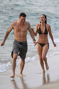 Megan Fox Photos Photos: Megan Fox Sports a Bikini in Hawaii Fox Bikini, Bikini Clad, Bikini Beach, Black Bikini, Megan Fox Body, Megan Fox Style, Beach Pink, Summer Beach, Romantic Beach Photos