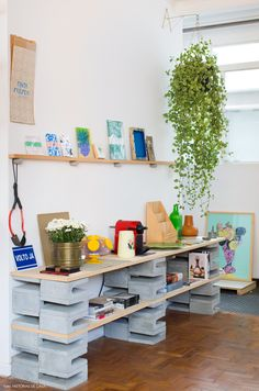 Beautify the interior does not have to always wear items or furniture that is expensive, if you are creative enough, you can take advantage of goods Cinder Block Furniture, Decor, Cinder Blocks Diy, Diy Decor, Art Table, Furniture, Diy Desk, Diy Furniture, Furniture Decor