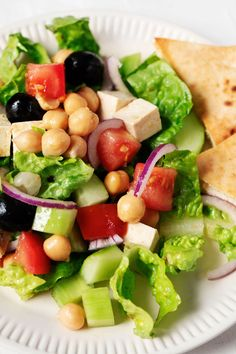 This is a plant-based spin on traditional Greek salad, made with the wholesome addition of chickpeas. It features a tart, salty vegan tofu feta, crisp romaine, tomatoes, cucumbers, and red onion. #vegan #vegetarian Traditional Greek Salad, Greek Vinaigrette, Nicoise Salad, Food Website, How To Cook Quinoa, Salad Ingredients, Delicious Vegan Recipes, Vegan Life, Breakfast Recipes