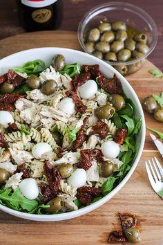 kom in de vakantiestemming met deze zonnige mediterraanse pastasalade. Gevuld met kip, mozarella, olijven, en lichtpittige rucola!