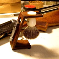 Wood Shaving Stand for Safety Razors: Bolivian Rosewood