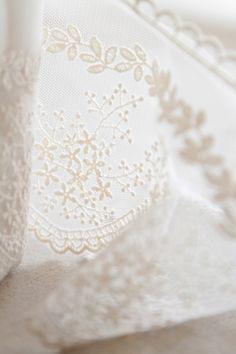 dentelle brodée ivoire  http://atmospheremariages.fr/486-2764-thickbox/mariage-bouquet-dentelle-idees-decoration-diy-vintage.jpg