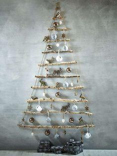 sapin de Noël en bois flotté et corde à accrocher au mur à la maison