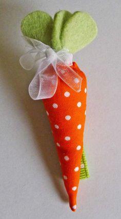 Da wir dieses Jahr zum Ostern unsere Wintermäntel tragen müssen, überlegte ich mir etwas Kleines, um ein wenig Farbe und Frühling rein zu bringen. Eine Karotten-Brosche ist schnell gemacht und peppt die dunklen Mäntel auf. Gesprächsstoff garantiert! Eine andere, kleinere Variante kann als Haarklammer gemacht werden. Dieser Haarklammer kann ebenso am Kragen als Brosche verwendet werden. ... Cute Crafts, Diy And Crafts, Easter Bunny Pictures, Holiday Crochet Patterns, Blue Wedding Centerpieces, Diy Ostern, Mittens Pattern, Snowman Crafts, Easter Crafts