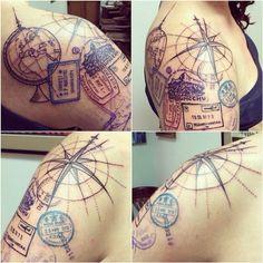 tatuagem feminina nos ombros inspiração em viagens