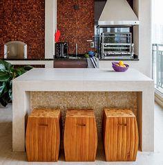 Na varanda de 43 m² do apartamento onde moram mãe e filha, a arquiteta Erica Mare, do escritório D2N, criou ambientes integrados à cozinha e ao living. Um deles é o espaço gourmet, com forno de pizza e churrasqueira, além de salas de almoço e de estar