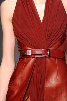 Red dress with leather Look Fashion, Fashion Details, Fashion Beauty, Womens Fashion, Fashion Design, Estilo Glamour, Look Formal, Dark Autumn, Leather Belts